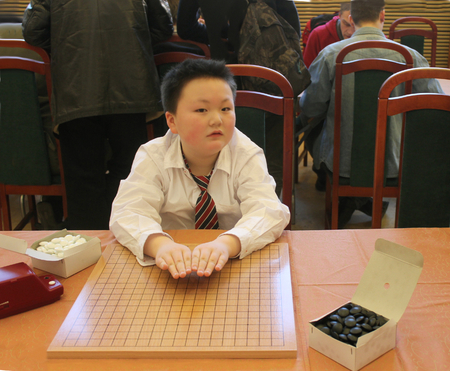 competitividad: SAINT PETERSBURG, RUSSIA - Jan 29, 2012. Go game competition. Chinese New Year Go Game Tournament. Boy during the break.