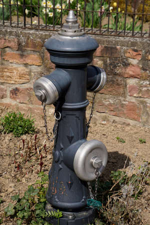 borne fontaine: bouche d'incendie