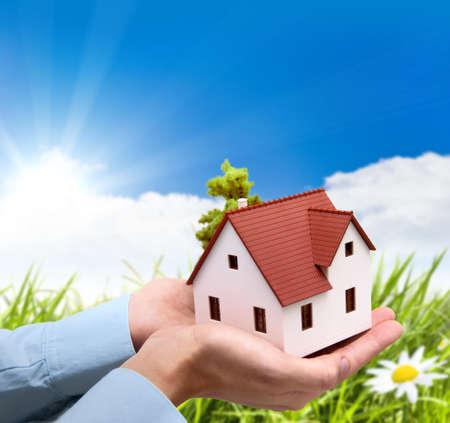 Meisje houd huis tegen groen veld