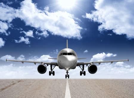 Moderno avi�n en la pista de aterrizaje Foto de archivo - 8765830