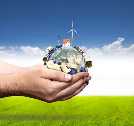 Groene wereld concept met aerogenerator en solar panel. Meer in mijn portefeuille