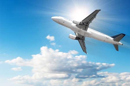 Snel vliegtuig in de clodyhemel Stockfoto