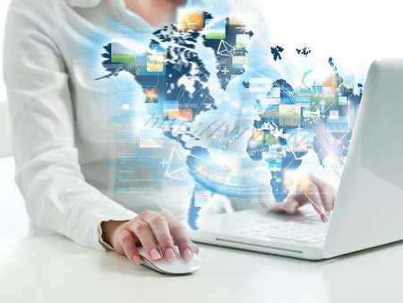 tecnologia: Nalit� ragazza sul web con moderni computer portatile