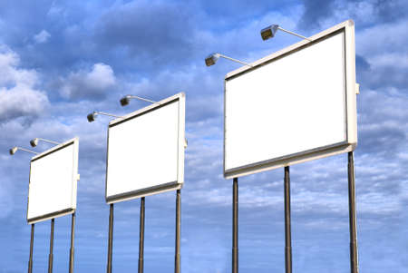 slogan: Vallas publicitarias en blanco sobre un fondo de cielo. Usted puede llenarlo con su texto.
