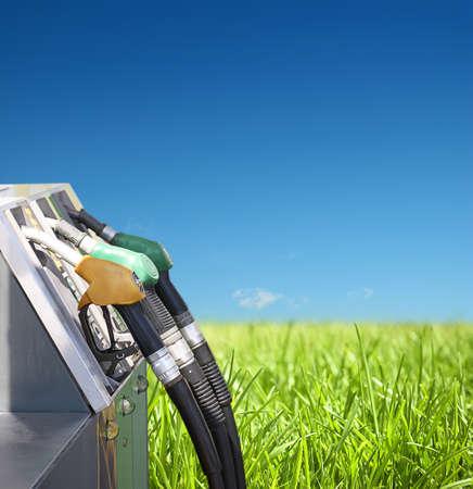 tanque de combustible: concepto de la gasolina y el medio ambiente limpio sobre un fondo natural