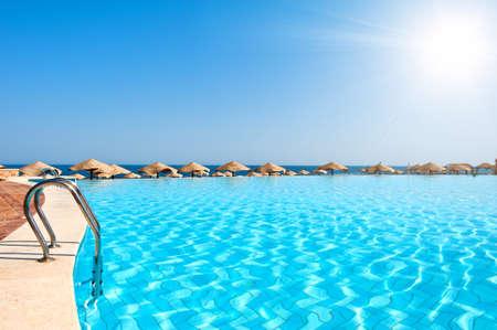 Luxe zwembad met zonnige hemel