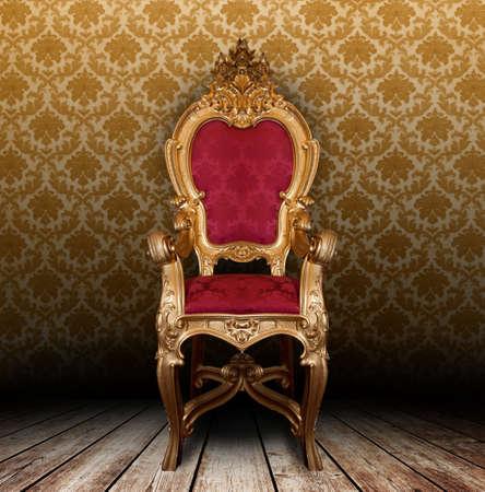 muebles de madera: Sill�n de Oro de la vendimia en una habitaci�n vieja