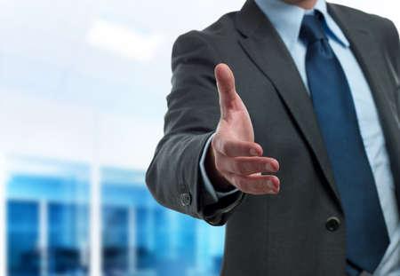 personas saludandose: Hombre de negocios moderno dispuesto a apret�n de manos