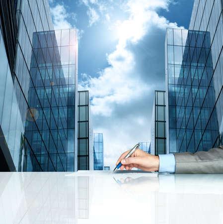lapiceros: Hombre de negocios la firma de contrato en contra de las oficinas modernas Foto de archivo