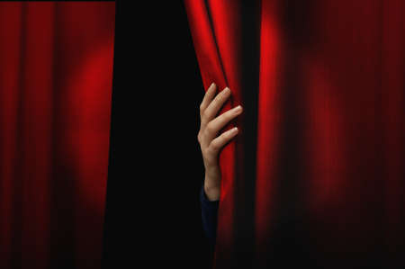 telon de teatro: Chica abrir una cortina roja