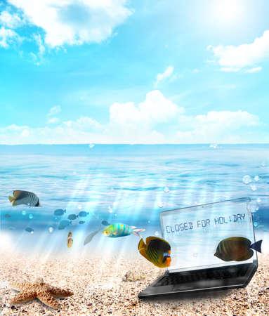 A bajo el agua con Laptot cerrado por mensaje de vacaciones Foto de archivo