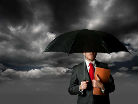 ubezpieczenia: Pojęcie ubezpieczenia z człowiekiem biznesu i parasol