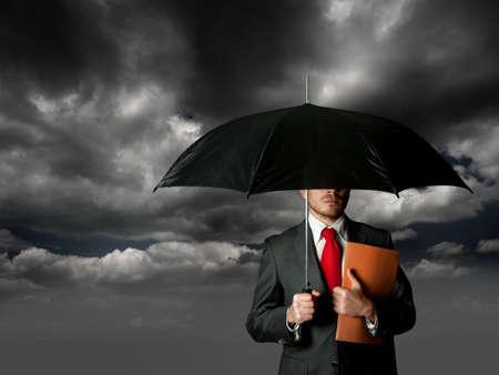 Verzekering concept met zakenman en paraplu
