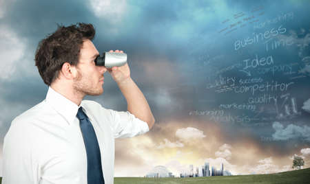 vision future: Zakenman met verrekijkers op zoek naar nieuwe zakelijke