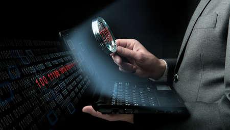 investigacion: Hombre de negocios en busca de virus en un ordenador portátil Foto de archivo
