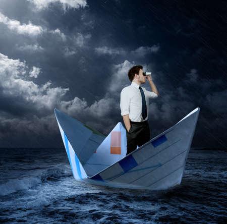 cielo tormenta: Hombre de negocios en busca de nuevas oportunidades