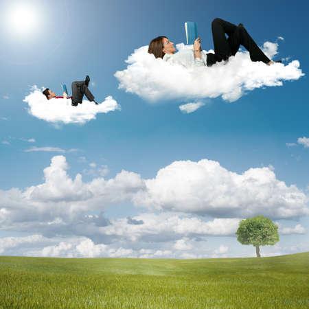 mujer leyendo libro: Ni�o y ni�a libro de lectura en las nubes
