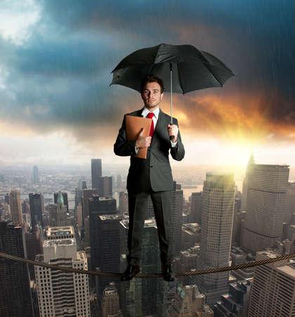 защита: Страховая концепция с бизнесменом на веревке