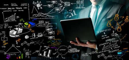 analyse: Homme d'affaires au travail avec des id�es nir