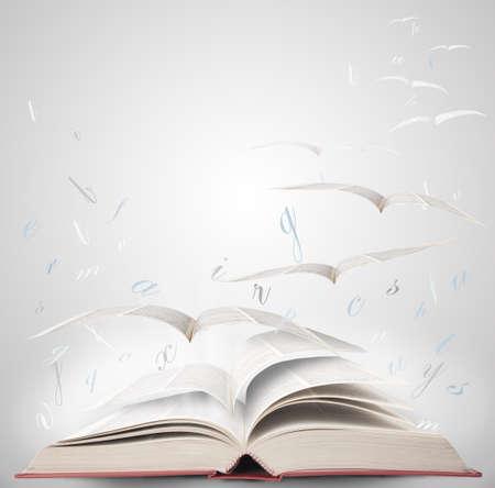Vlieg met fantasy lezen van een boek Stockfoto