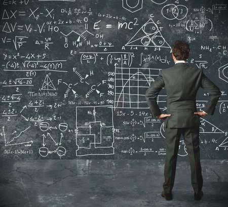 matematica: Hombre de negocios trata de resolver problemas