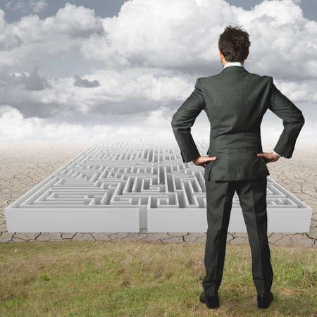 the maze: Hombre de negocios se refleja en la resoluci�n de un laberinto Foto de archivo