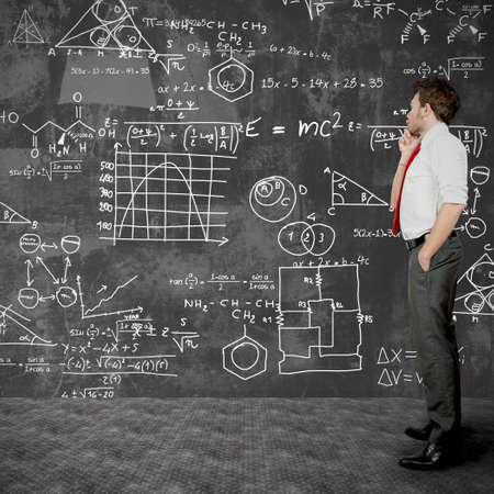 matematica: Hombre de negocios tratando de resolver problemas