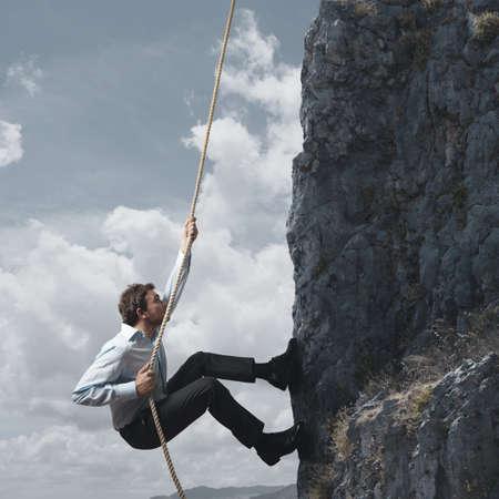 climbing: Hombre de negocios que sube una monta�a Foto de archivo