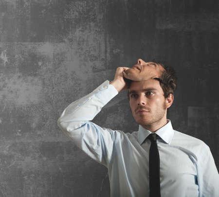personality: Empresario se quita la m�scara que oculta la cara