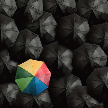lluvia paraguas: El concepto de líder con con muchos negros y un paraguas de colores