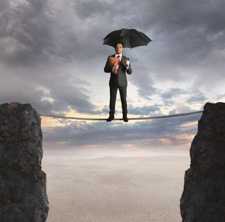 financial metaphor: Agente de seguros sobre una cuerda suspendida Foto de archivo