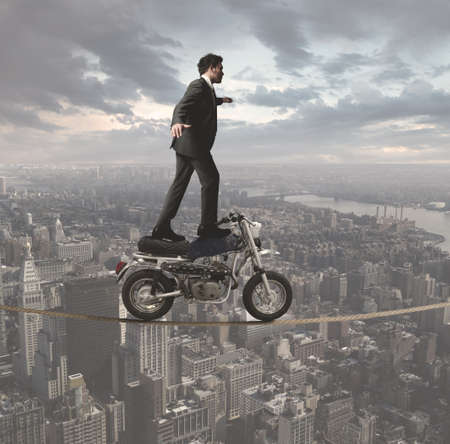 Concept d'un homme d'affaires qui défie tous les obstacles