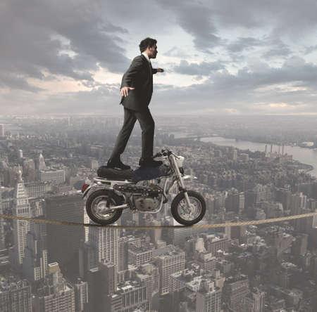 Concepto de un hombre de negocios que desafía todos los obstáculos