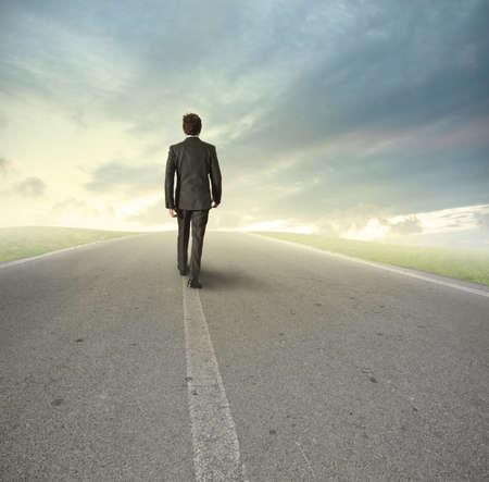 caminar: Hombre de negocios que va directamente en su camino Foto de archivo
