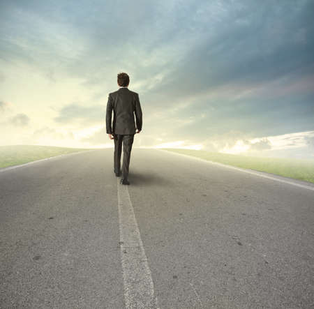 Zakenman gaat recht op zijn weg
