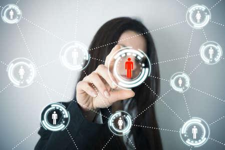 apoyo social: Empresaria soporta red social en pantalla futurista Foto de archivo