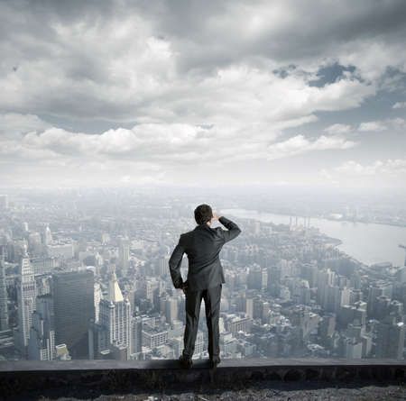De negocios que mira hacia el futuro