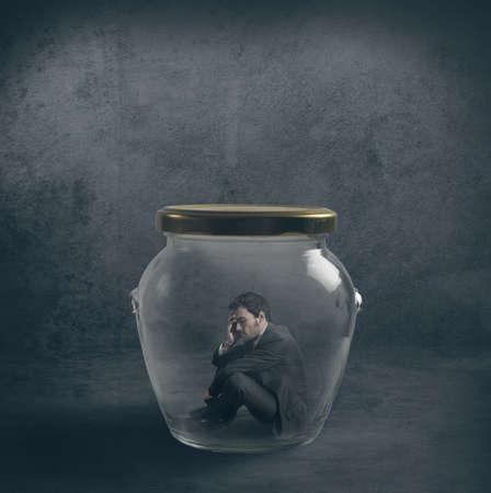 suffocating: Essere concetto emetico con un uomo d'affari chiusi in un barattolo Archivio Fotografico