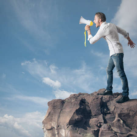 Ragazzo urlando al megafono in montagna