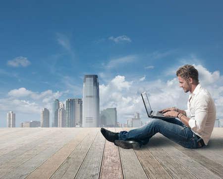personas comunicandose: Libertad concepto con el chico que trabaja al aire libre
