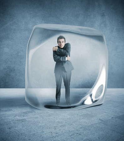 resfriado: Hombre de negocios comandos congelado en el hielo Foto de archivo