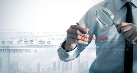 Hombre de negocios que busca el virus en un código binario Foto de archivo