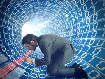 Zakenman zoekt virus in een internet kabel Stockfoto