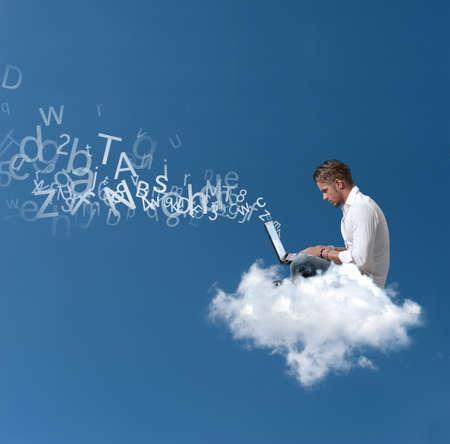 red informatica: Concepto de un hombre de negocios que trabaja en una nube Foto de archivo
