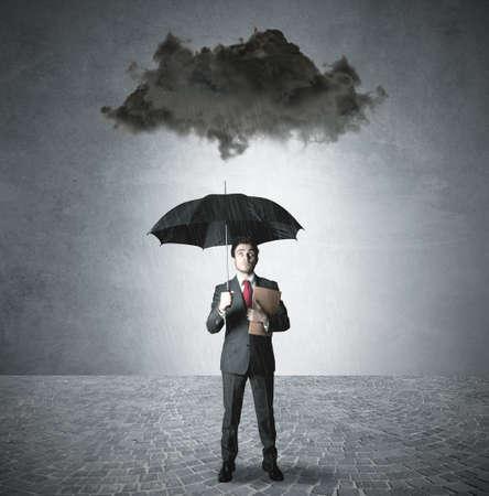 uomo sotto la pioggia: Pessimista d'affari nel business
