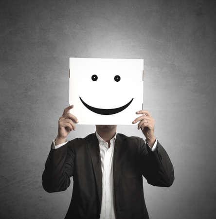 lachendes gesicht: Gesch�ftsmann h�lt ein Papier mit einem L�cheln