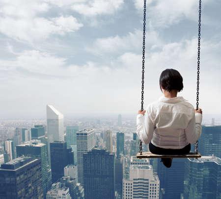 horizonte: Libertad mujer de negocios en un columpio Foto de archivo