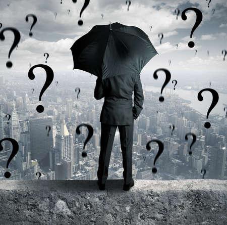 persona deprimida: Concepto de empresario rodeado de preguntas