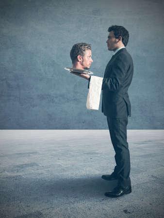 sirvientes: Ganador del hombre de negocios con la cabeza del enemigo