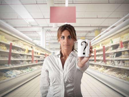 supermercado: Muchacha en el supermercado que muestran un producto desconocido Foto de archivo
